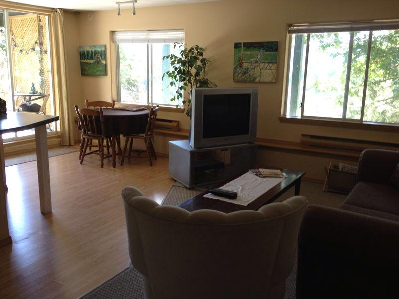 Bright living and dining area - Cinnabar Hills Hideaway - Vancouver Island - Nanaimo - rentals