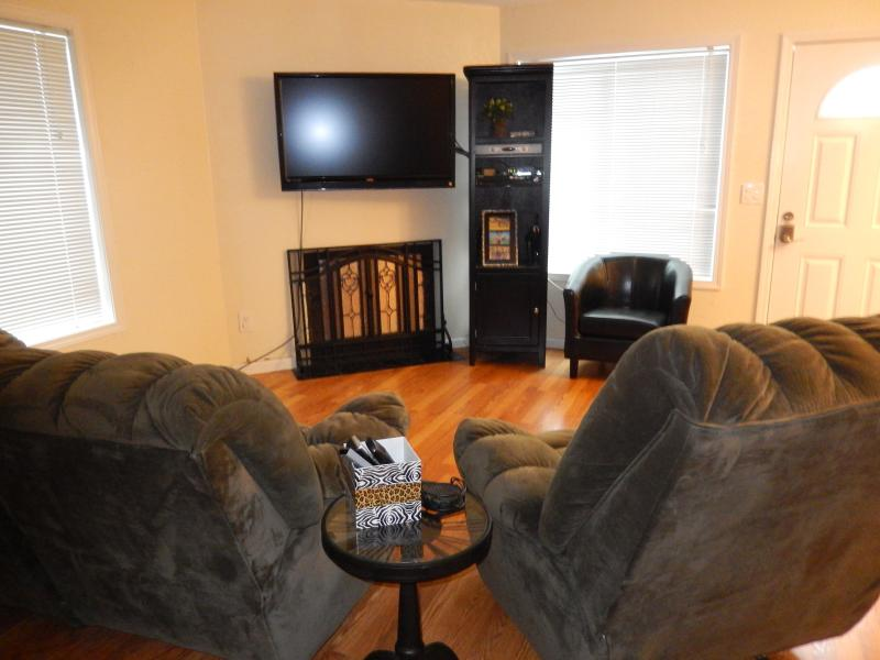Comfortable living room for 8. - Convenient to downtown and shopping malls - Anchorage - rentals