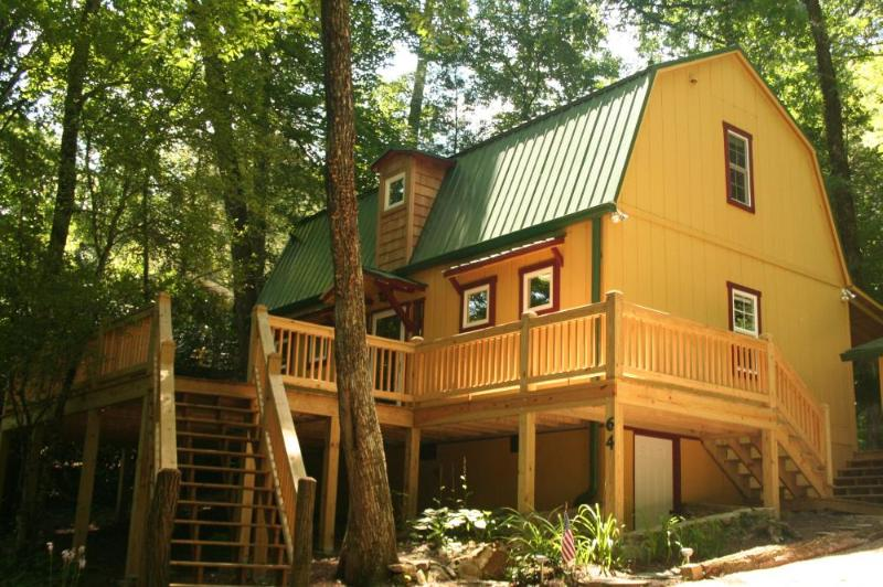 Beautiful 2 bed vacation rental in Highlands, NC. Open deck and dining area outside. Great for families or couples - Image 1 - Highlands - rentals