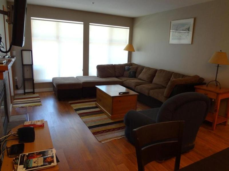 Cozy living room with laminate floor and flat screen TV - perfect for video nights - Madlene and Carsten Rathsack-Lazarian - Whistler - rentals