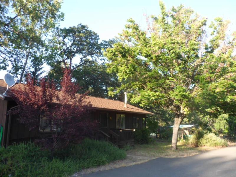 Front view of cottage with large trees and Table mountain in rear. - Sonora Jamestown Cottage Mother Lode destinations - Jamestown - rentals
