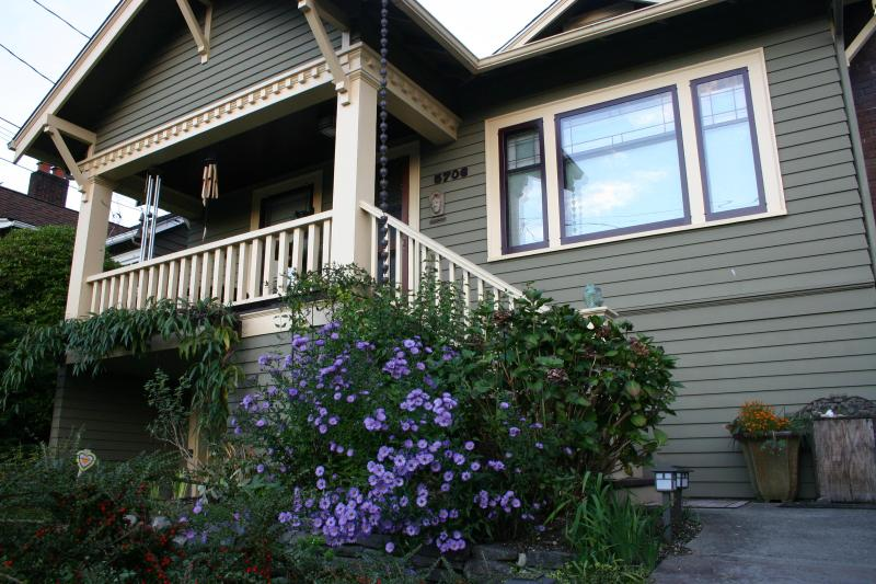 This quitessential Seattle Bungalow is filled with loving artistic details. - Beautiful and Spacious Seattle Bungalow - Seattle - rentals