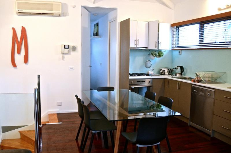 The fully equipped kitchen with stove, microwave and dishwasher - Meko - central Carlton Melbourne luxury residence - Melbourne - rentals