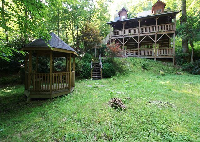 Andrea's Creek 2 well appointed log cabin, wooded setting, hot tub, sleeps 6 - Image 1 - Boone - rentals