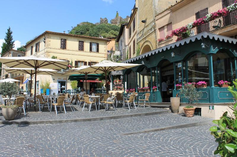 Main square: the cafeteria on the right serves the best cappuccino, gelato & pastries in town! - Amazing flat on Lake Bracciano - Rome - Trevignano Romano - rentals