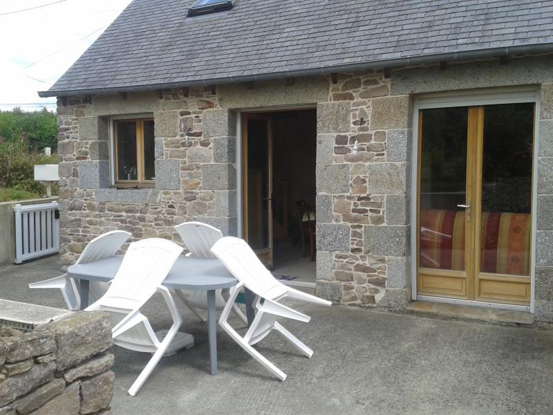 Close to Saint-Brieuc, lovely stone house with terrace and garden - Image 1 - Plehedel - rentals