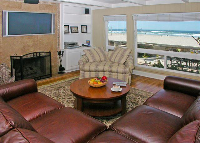 2837 Ocean Front Walk Living Room - Luxurious Ocean front stand alone home with ocean views throughout. - San Diego - rentals