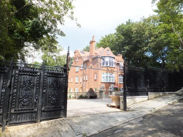Gated property and private grounds - Elegant Hampstead Apartment - London - rentals