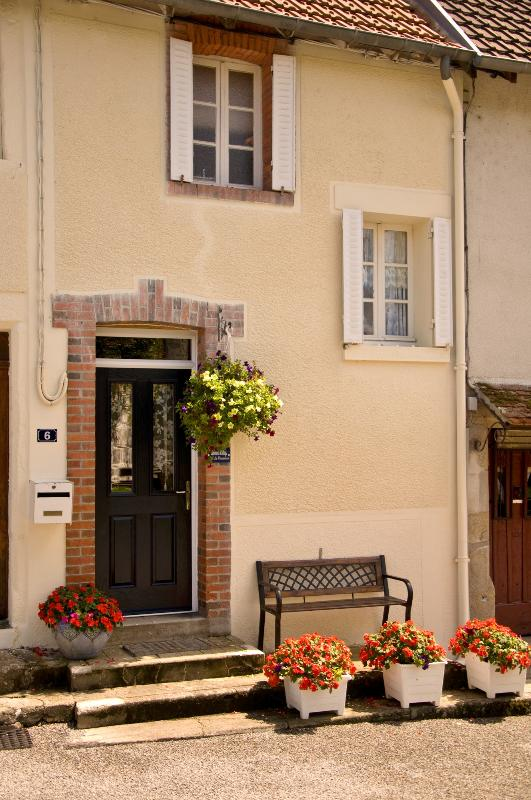 The quietly situated village cottage is in an off-road position with safe parking right in front. - 18C vacation rental in the French Lake District - Mailhac-sur-Benaize - rentals