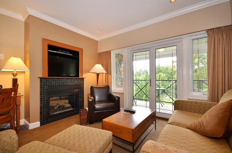 Spacious living room - Spacious Sidney 1 Bedroom Garden View Condo Close to Beaches and Ocean - Sidney - rentals