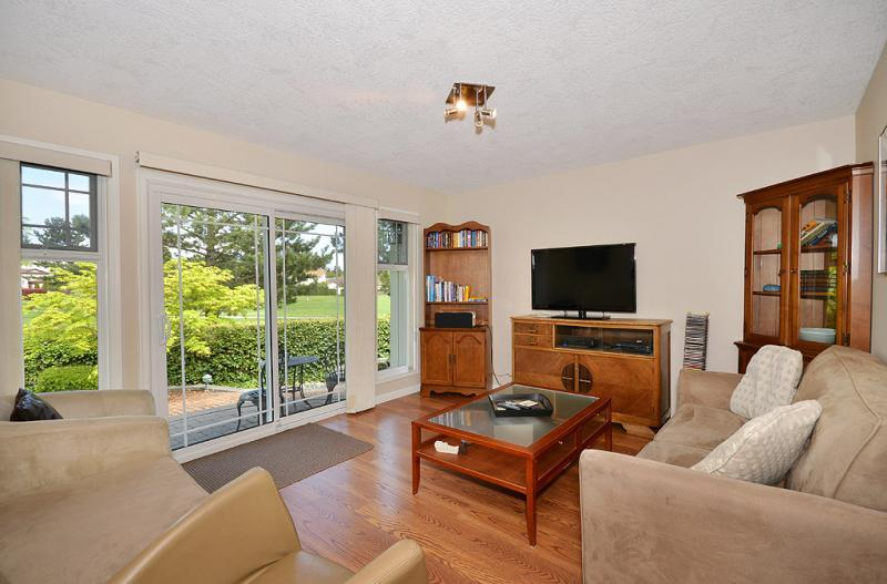 Family room with patio door access - Family Friendly 3 Bedroom Victoria Western Communities Rancher - Colwood - rentals