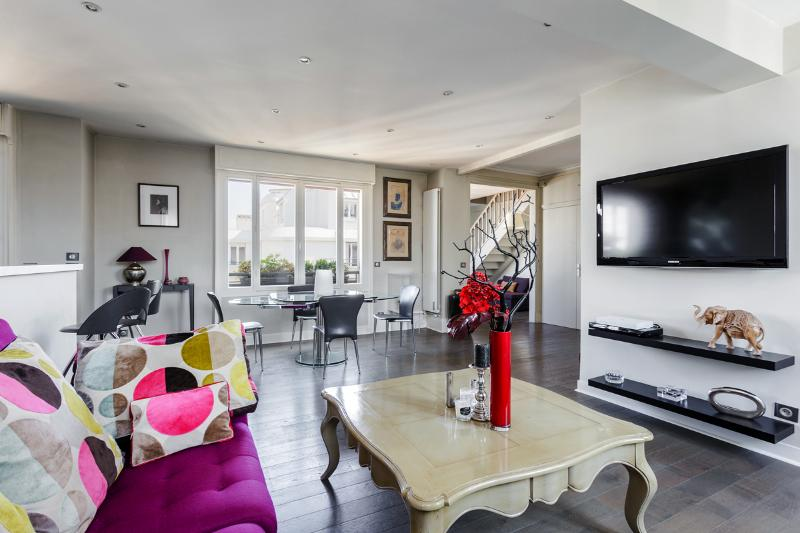 Superb duplex with rooftop view of the Eiffel Tower - Image 1 - 16th Arrondissement Passy - rentals