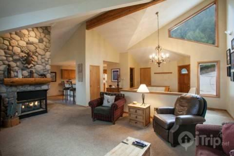 Enter this welcoming home with an open floor plan, vaulted ceilings and picture windows. - Deer Blvd 1401 E - Colorado - rentals