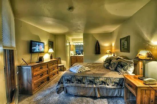 Large Master Bedroom With Private Bathroom, Flat Screen TV, King Bed and Access To The Balcony - Lodge F 103 - Steamboat Springs - rentals