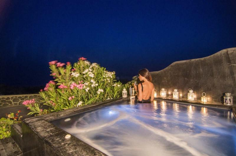 Outdoor heated hydromassage spa for 6 persons. Enjoy the perfect view and relax. - OIA SUNSET VILLAS - villa TURQUOISE - Pool & Spa - Oia - rentals