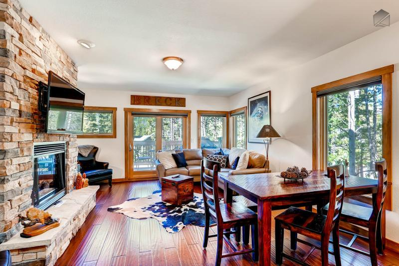 The main level living area has a flatscreen TV, gas fireplace, leather sectional, and views of the ski mountain. - Award-winning mountain house with ski-in/ski-out access to slopes, and hot tub - White Cap Lodge - Breckenridge - rentals