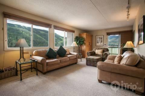 Welcome to the comfort of home and epic powder days! Open living space with plush seating, classic Vail mountain views and balcony. - Evergreen Lodge 705 - Vail - rentals