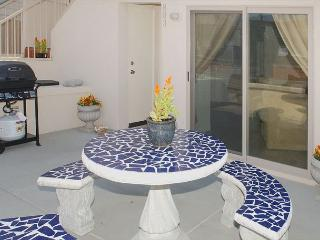 Deluxe  2BD/2.5BA townhome- fireplace, private patio, gas BBQ, w/d - San Diego vacation rentals