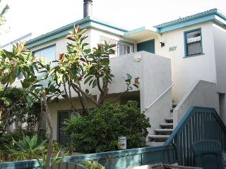 Nice courtside condo- cable, BBQ, private deck, garden, spiral stairs - San Diego vacation rentals