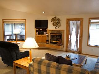 Welcoming with Natural Landscaping and Gas Fireplace Near Restaurants - Sunriver vacation rentals