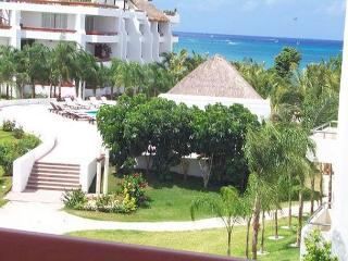 Romantic 1BR Oceanview. Private Bath on Balcony. King  Bed. Satellite TV - Cozumel vacation rentals