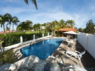 Villa w/3 bungalows, walk to beach, Pool, gazebo, BBQ, WiFi, AC, sleeps 4- 9 - Jaco vacation rentals