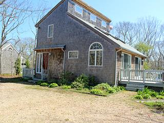 1340 - CHEERFUL CONTEMPORARY HAS MUCH TO OFFER AS A VINEYARD GET-AWAY - Edgartown vacation rentals