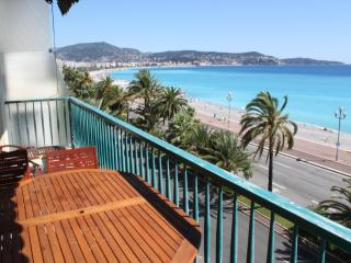 Flat with large sunbathing terrace on beachfront - Nice vacation rentals