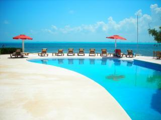 Beachfront Isla Mujeres 3rm2bth Kitch,WIFI,Gym, Pool,Wshr/dry - Isla Mujeres vacation rentals