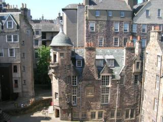 view kitchen window - Edinburgh Castle Hill Apartment close to castle - Edinburgh - rentals