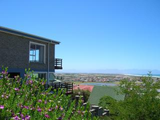 Nestled high up on the mountain with views of the bay, lake and surrounding mountains - Bluebottle Guesthouse - Muizenberg - rentals