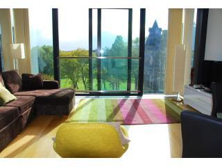 Views+Comfort+Style minutes to Royal Mile, Castle+ - Edinburgh vacation rentals