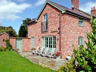 CAE CALED COTTAGE, pet friendly, luxury holiday cottage, with pool and WiFi in Bodfari Near Denbigh, Ref 2034 - Bodfari vacation rentals
