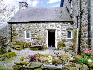 CEFN COCH ISAF, pet friendly, character holiday cottage, with a garden in Porthmadog, Ref 1242 - Porthmadog vacation rentals