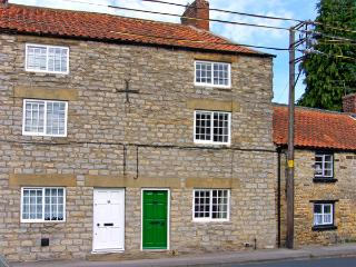 CROOKED COTTAGE, pet friendly, character holiday cottage, with open fire in Kirkbymoorside, Ref 3588 - Kirkbymoorside vacation rentals