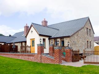 ELDER COTTAGE, pet friendly, luxury holiday cottage in Kidwelly, Ref 2303 - Carmarthenshire vacation rentals
