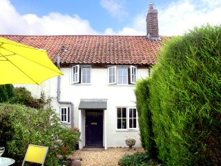 FRED'S COTTAGE, pet friendly, character holiday cottage, with a garden in Briston, Ref 2259 - Norfolk vacation rentals