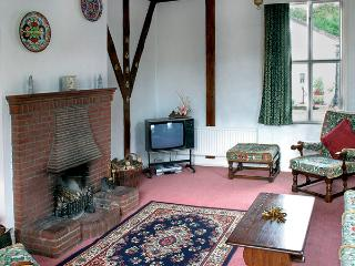 GARDENERS COTTAGE, pet friendly, character holiday cottage, with a garden in Talhenbont Hall Country Estate, Ref 383 - Chwilog vacation rentals