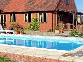 THE MILKING BARN, character holiday cottage, with pool in Diddlebury, Ref 1986 - Diddlebury vacation rentals