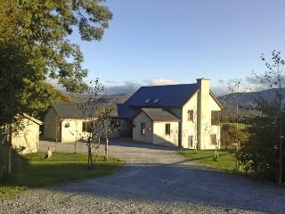MANGERTON VIEW, family friendly, country holiday cottage, with a garden in Killarney, County Kerry, Ref 2465 - Killarney vacation rentals