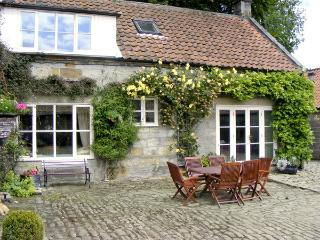AINTHORPE FARM COTTAGE, pet friendly, characterholiday cottage, with a garden in Danby, Ref 738 - Danby vacation rentals