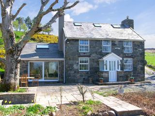 OWL FARMHOUSE, family friendly, luxury holiday cottage, with a garden in Caernarfon, Ref 2992 - Caernarfon vacation rentals