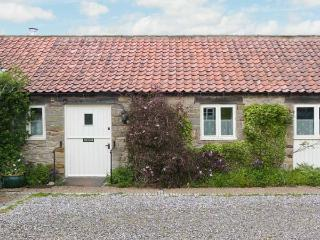 PARTRIDGE COTTAGE, pet friendly, character holiday cottage, with a garden in Kirkbymoorside, Ref 1315 - Kirkbymoorside vacation rentals