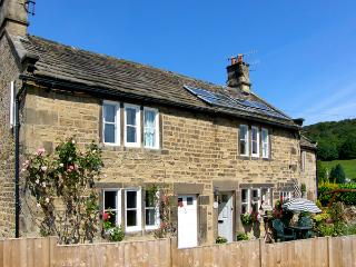 MOMPESSON COTTAGE, pet friendly, character holiday cottage, with a garden in Eyam, Ref 2285 - Derbyshire vacation rentals