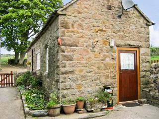 SHAY SIDE COTTAGE, romantic, character holiday cottage, with a garden in Warslow Near Hartington, Ref 622 - Warslow vacation rentals