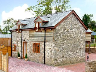 THE OLD BARN, family friendly, luxury holiday cottage, with hot tub in Bishops Castle, Ref 2697 - Shropshire vacation rentals