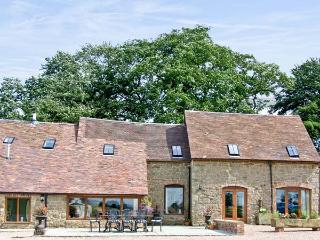 THE OLDE COW HOUSE, pet friendly, luxury holiday cottage, with open fire in Cardington Near Church Stretton, Ref 3591 - Church Stretton vacation rentals