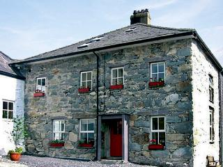 TY CAPEL, pet friendly, character holiday cottage, with a garden in Llanberis, Ref 1027 - Llanberis vacation rentals