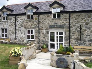 TY NANSI RHIANNON, pet friendly, character holiday cottage, with a garden in Rowen, Ref 1638 - Rowen vacation rentals