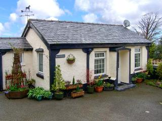 TY NEWYDD BACH, pet friendly, country holiday cottage, with a garden in Pentir, Ref 1750 - Pentir vacation rentals